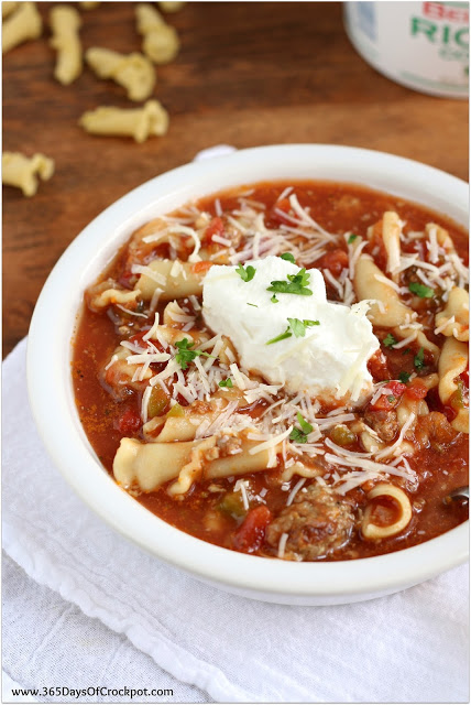 Instant Pot Lasagna Soup--All the delicious flavors of lasagna in soup form! Plus, it's made in the Instant Pot so it's a meal that comes together quickly. Kids and adults alike will love this soup!